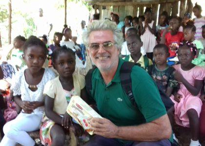 La storia del padre missionario che costruendo un ospedale ad Haiti distrutta dall'uragano